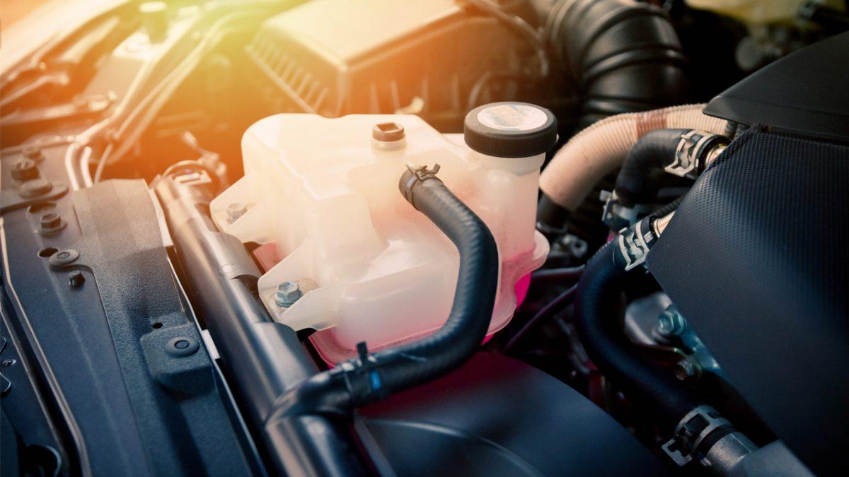 Qual é o melhor momento para trocar ou completar o nível do líquido do radiador?