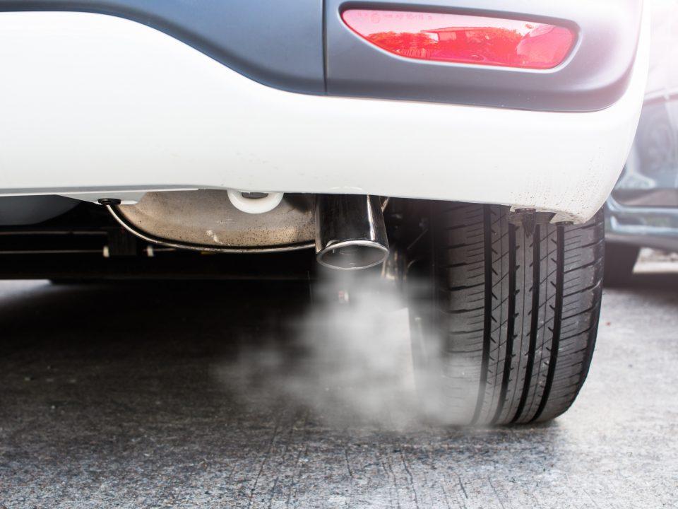 Carro com fumaça saindo pelo escapamento
